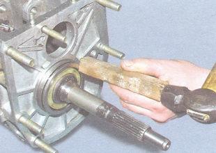 4. Для окончательной установки первичного вала в сборе с игольчатым подшипником переднего конца вторичного вала...